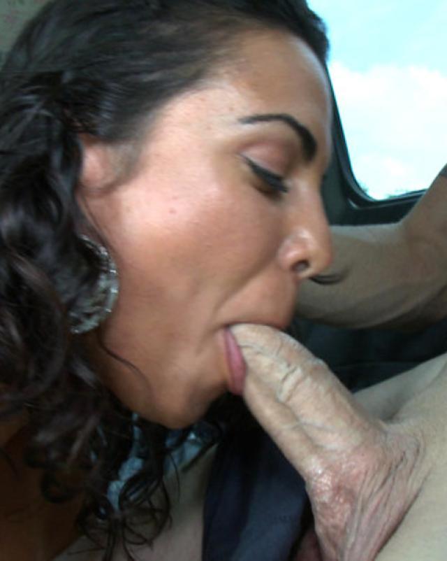 Латинская мама глотает сперму таксиста после секса в машине