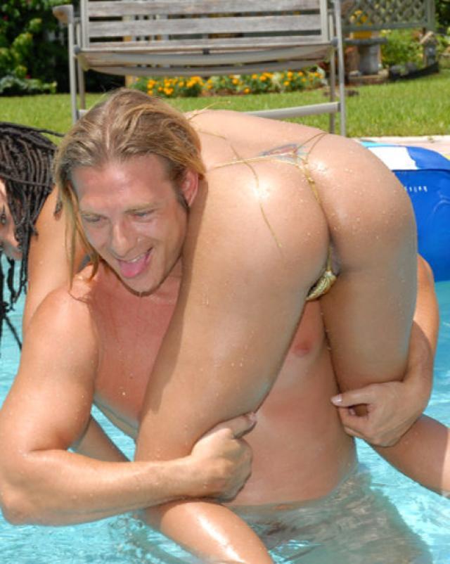 Златовласый Тарзан трахал латинскую давалку в бассейне