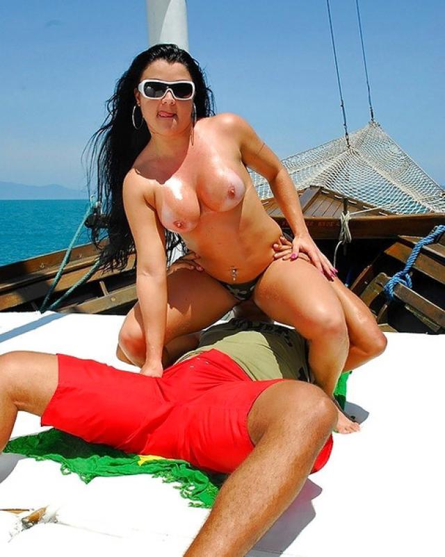 Зрелая бразильянка жестко трахается в пирсингованную киску на лодке