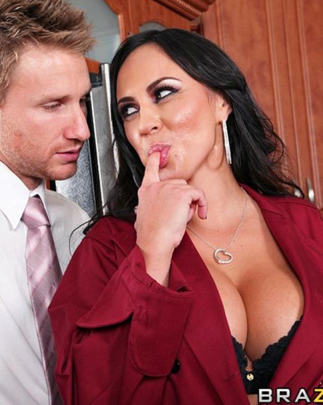Деловой мужчина трахает зрелую секретаршу в гостях