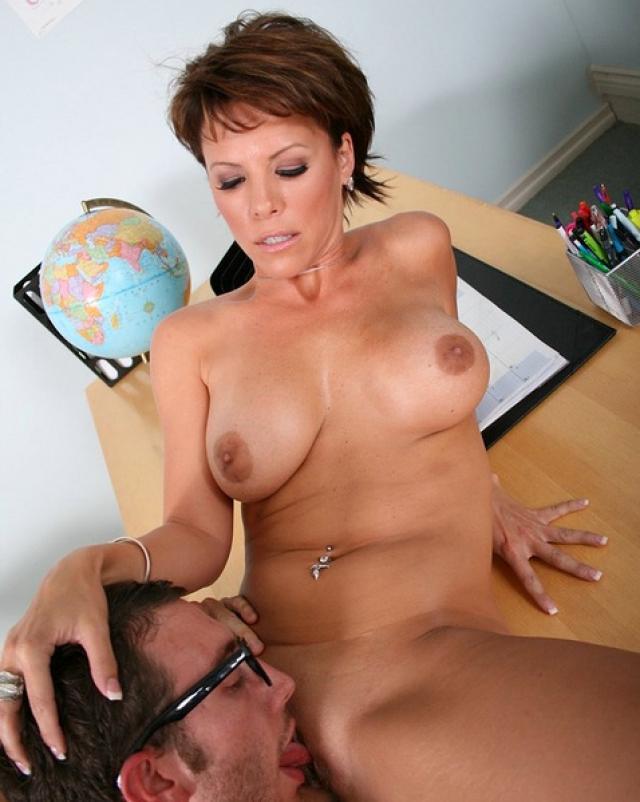 Зрелая учительница грубо трахалась на крепком столе