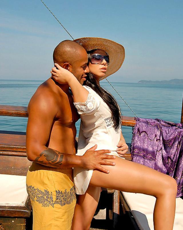 Бурный секс с негром на борту яхты