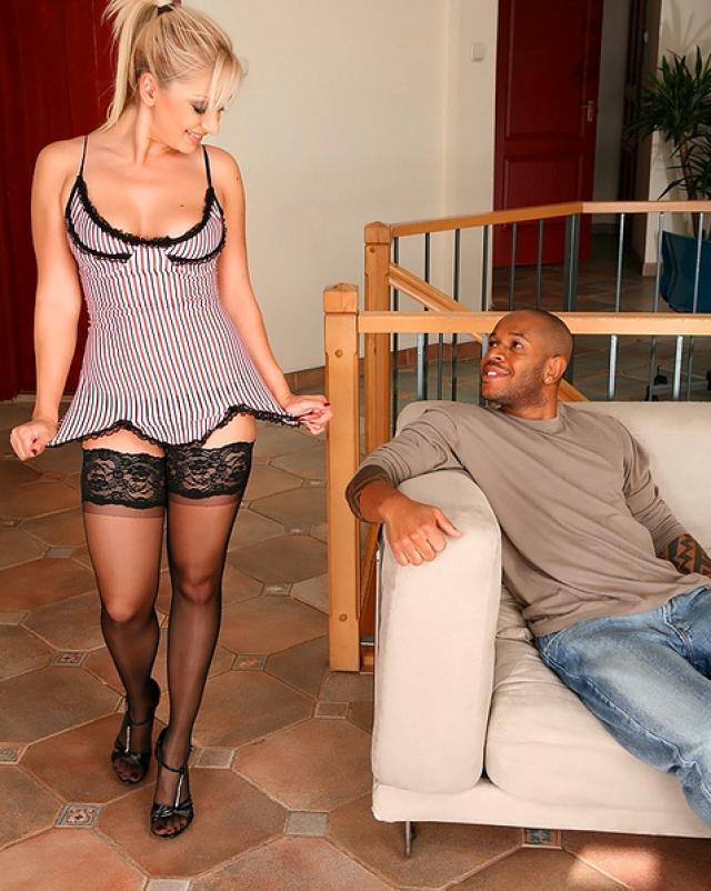 Межрассовый анальный секс блондинки в горячих чулочках