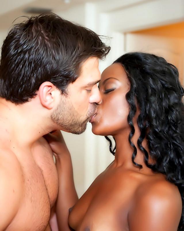 Негритянка с большой жопой соблазняет белого парня