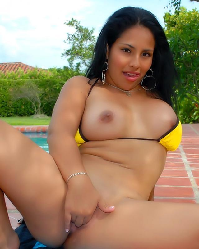 Латинка в аппетитном бикини эротично купается в бассейне