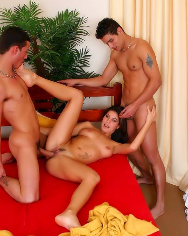 Латинка трахается в два ствола с бисексуалами