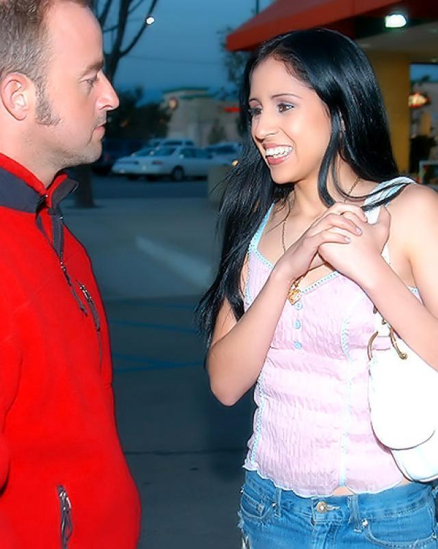 Латинская девушка глотает сперму мужчины после ебли