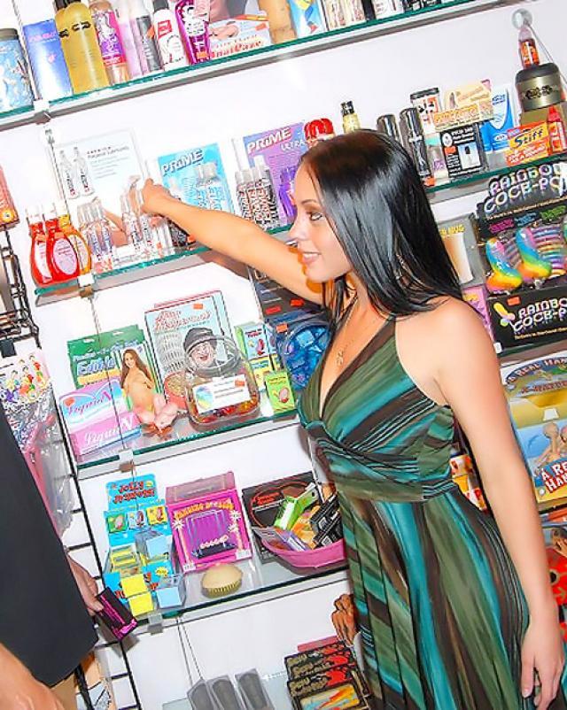 Парень трахает рот латинской кассирши в маленьком магазинчике