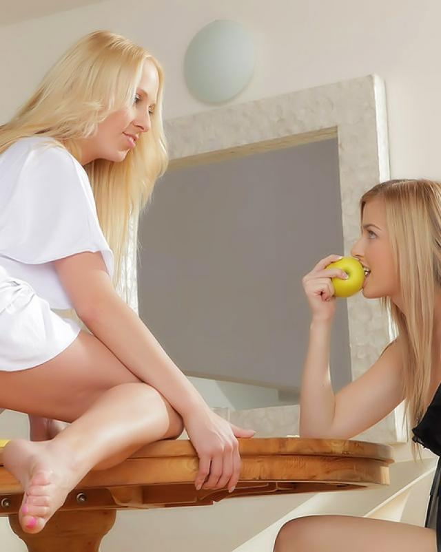 Скромные лесбиянки устроили жёсткий трах