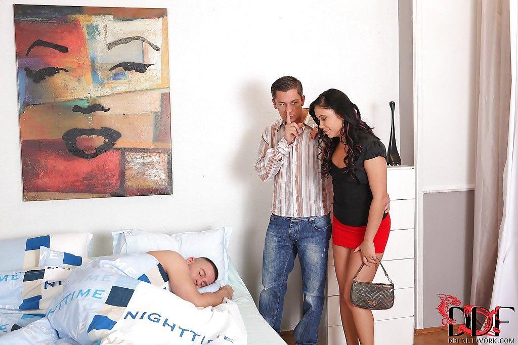 Развратная супруга делает минет мужу и его лучшему другу в спальне