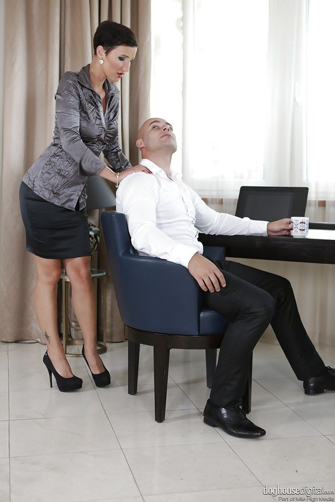 Властная итальянская мамочка делает минет офисному работнику