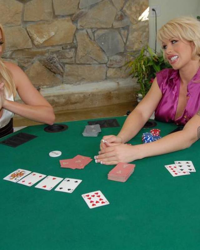 Лесбиянки играют в покер
