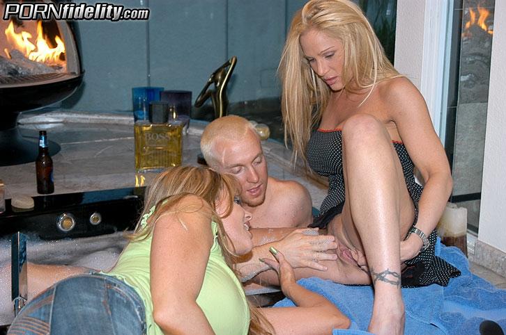 Две зрелые дамочки трахнулись с блондином в ванне.