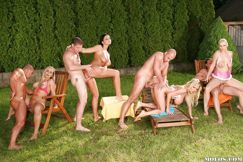 Горячие звезды порно делают минеты на групповухе в парке