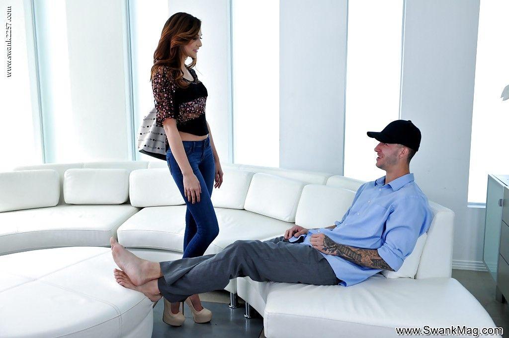 Брюнетка в обтягивающих джинсах сделала безупречный минет