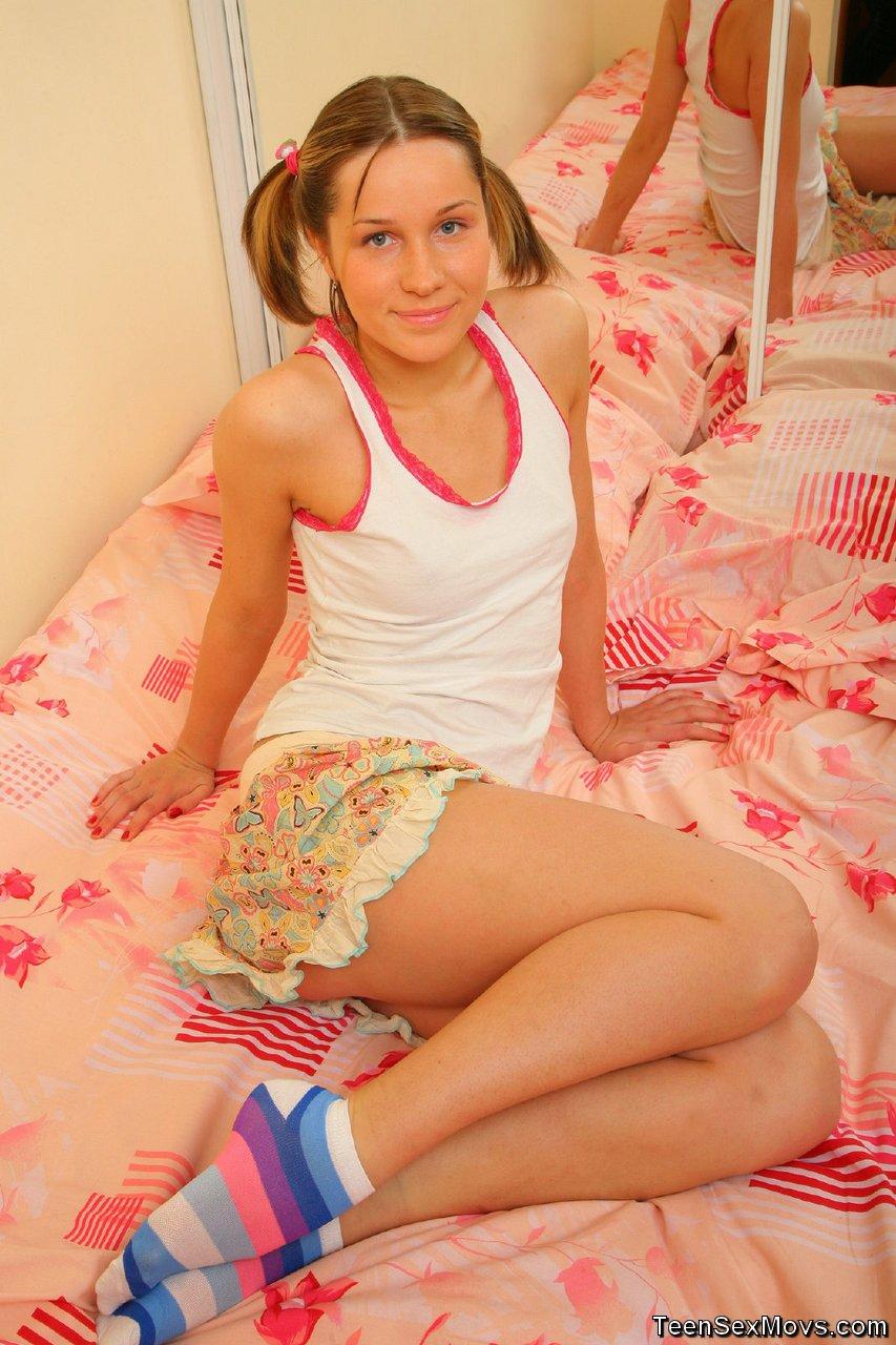 Русская студентка учится делать домашний минет парню