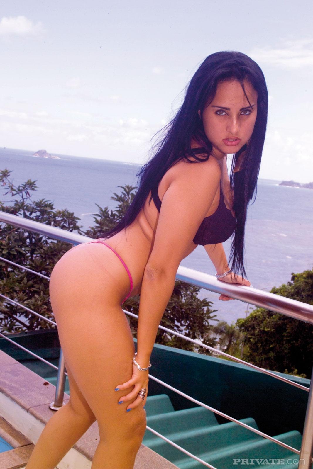 Бразильская проститутка ублажает негра глубоким минетом