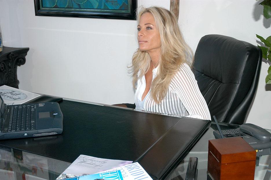 Разтраханные милфы отдаются в сексе втроем в офисе