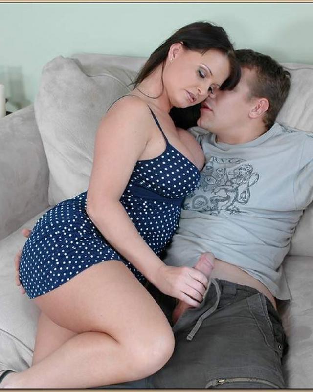 Голубоглазая мамочка жестко пердолится молодым сантехником