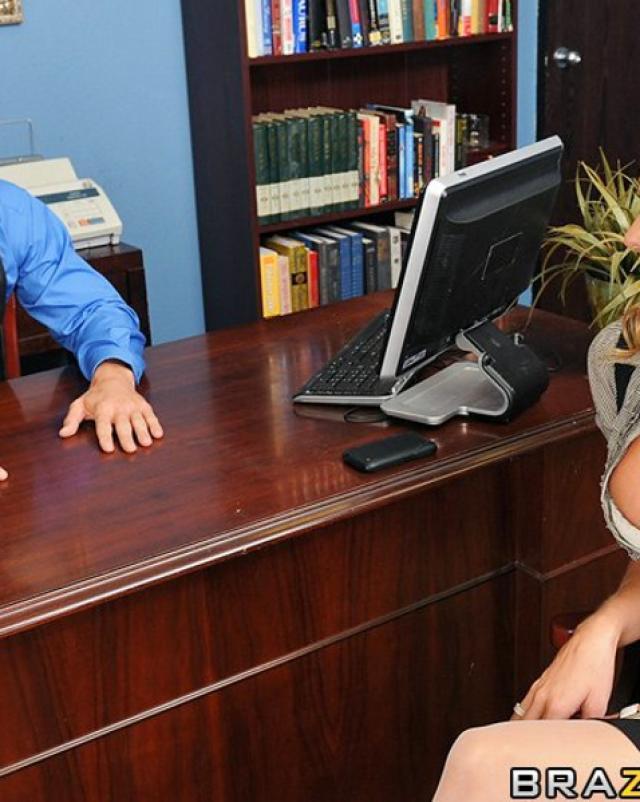 Босс снимает стресс анальным сексом с секретаршей в чулках