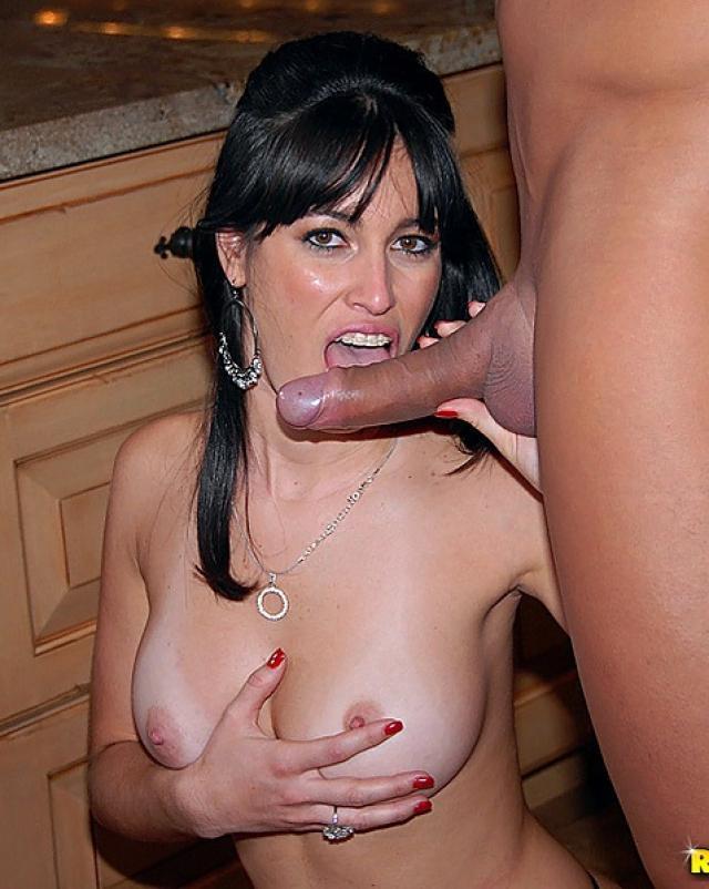 Мамочка с большими грудями жестко трахается с молодым парнем
