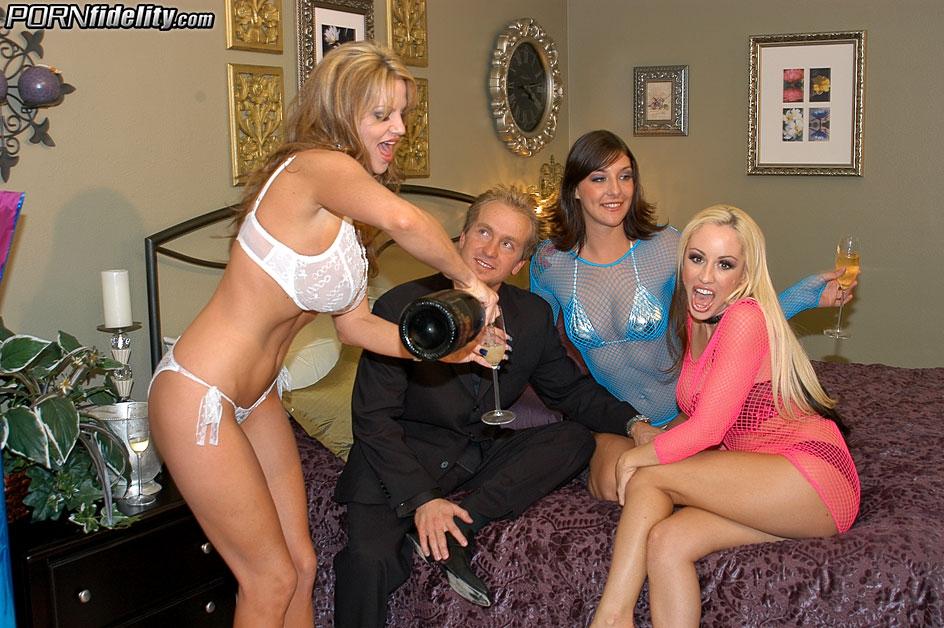 Трое элитных проституток сосали один член с проглотом спермы