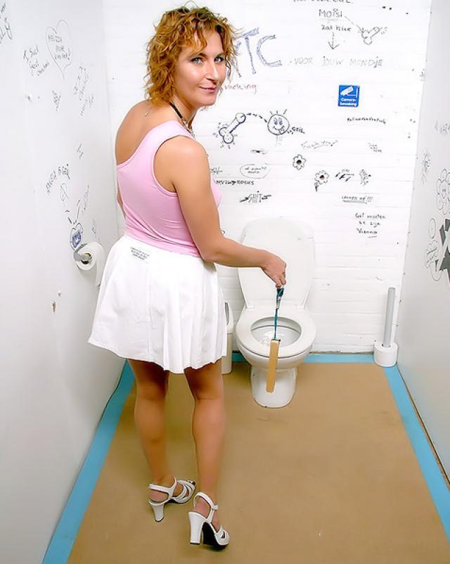 Стара шлюха сосет члены в туалете