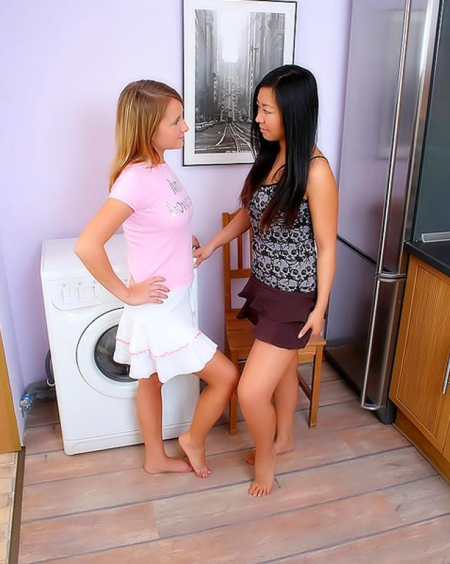Азиатская девушка имеет свою подружку пальцами