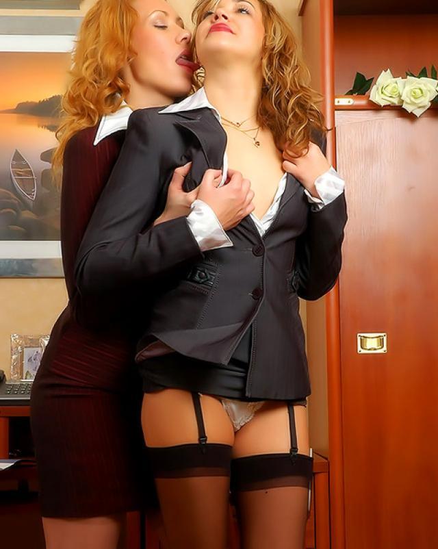 Горячие лесбиянки в чулках трахаются в офисе