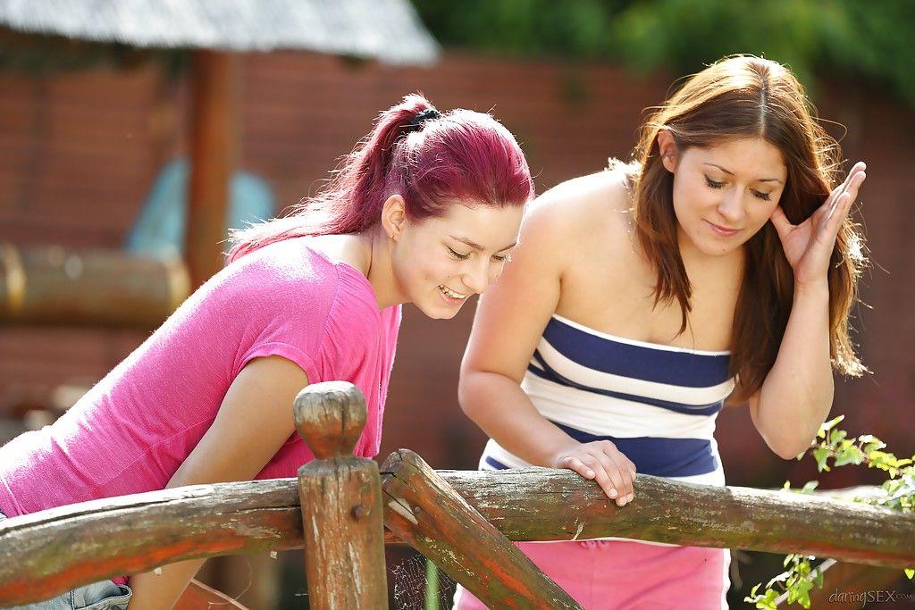 Молодые лесбийские шлюшки играют с вибратором на эротическом пикнике
