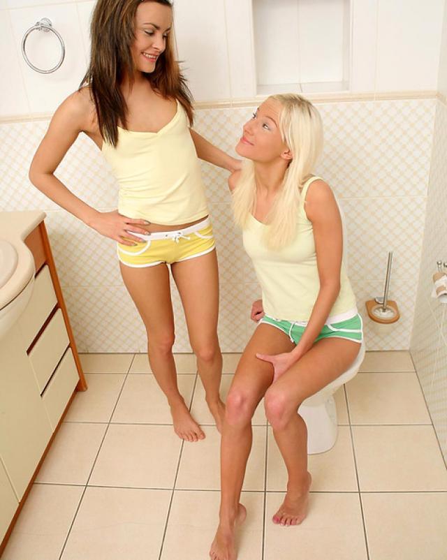 Молоденькие лесбиянки балуются с письками в ванной комнате