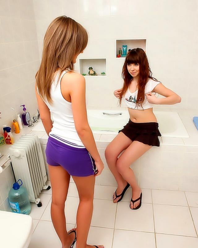 Лесбиянки занимаются анальным сексом в ванной комнате
