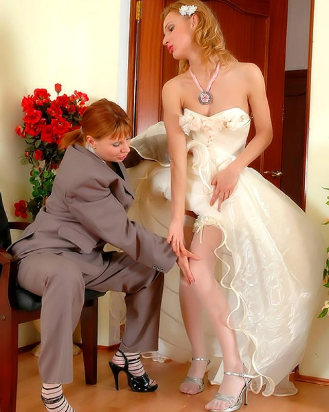 Красивая невеста трахнулась с лучшей подругой в отеле