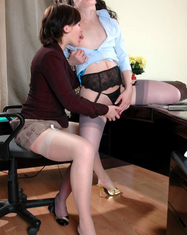 Секретарша лижет вагину лесбийской начальницы