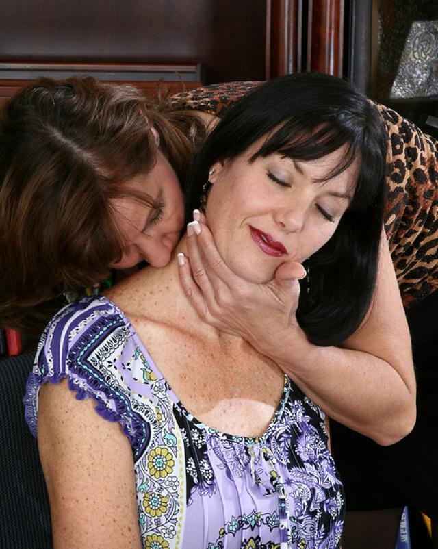 Зрелая извращенка учит сочных лесбиянок сексу