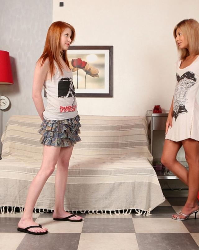 Две горячие лесбиянки веселятся с секс игрушками