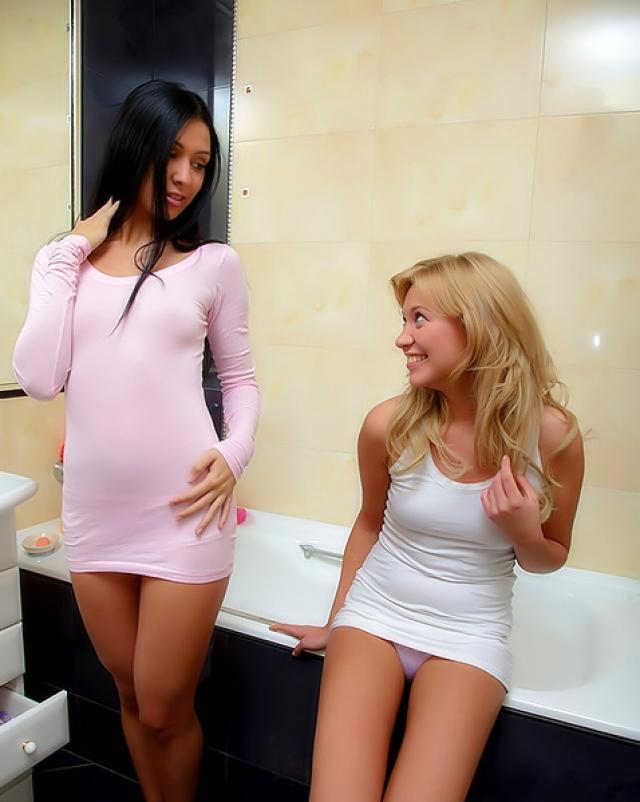 Милые девушки совокупляются в горячей ванной
