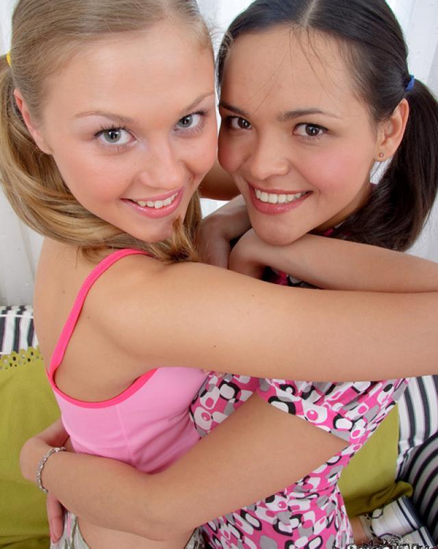 Молоденькие лесбиянки балуются с секс игрушками