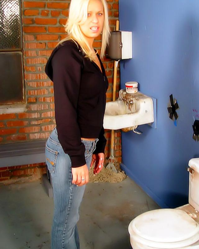 Блондинка сосет в туалете