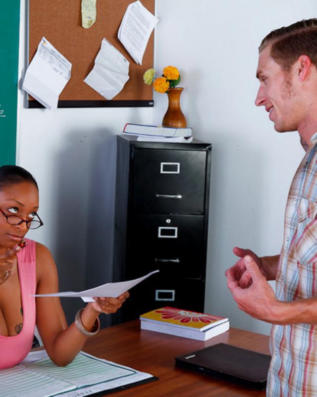 Чернокожая преподавательница жарилась с нерадивым студентом