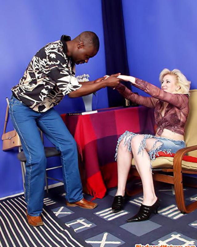 Русская дама дает темнокожему