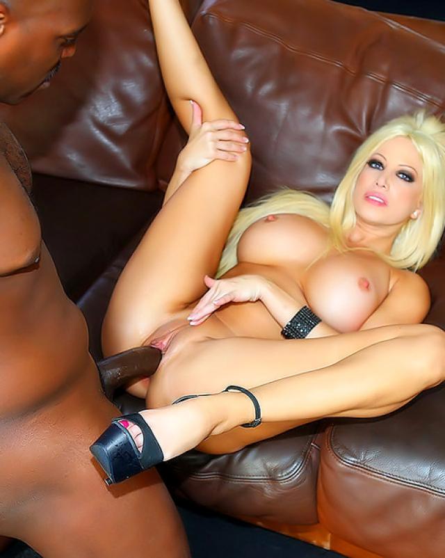 Блондинка с большой грудью любит черные члены