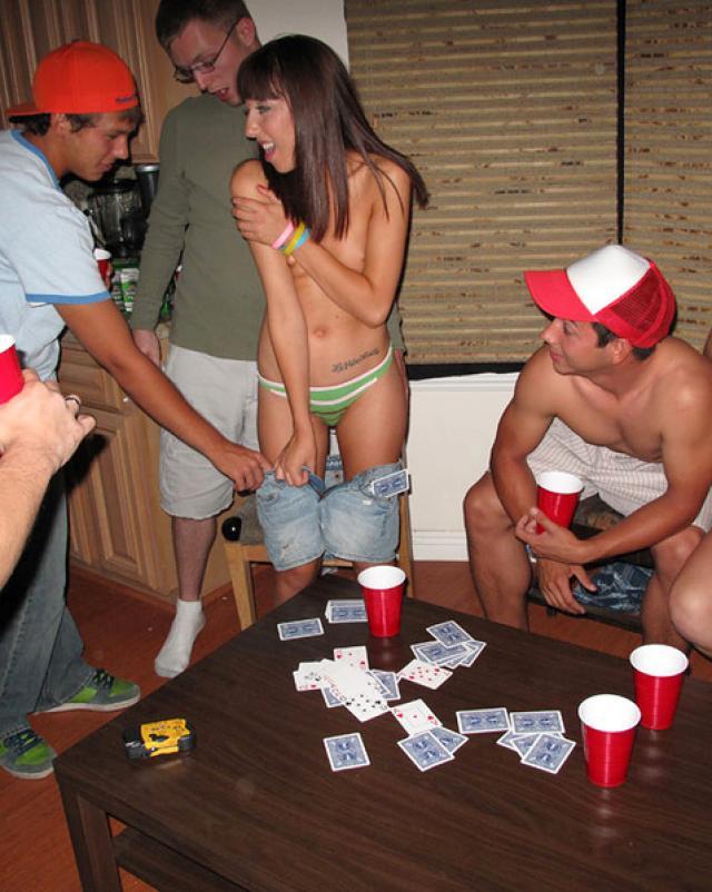 Обнаженные студентки делают минет для парня с домашней вечеринки