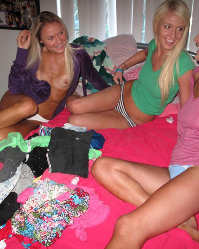 Три студентки делают любительские фото в общежитии