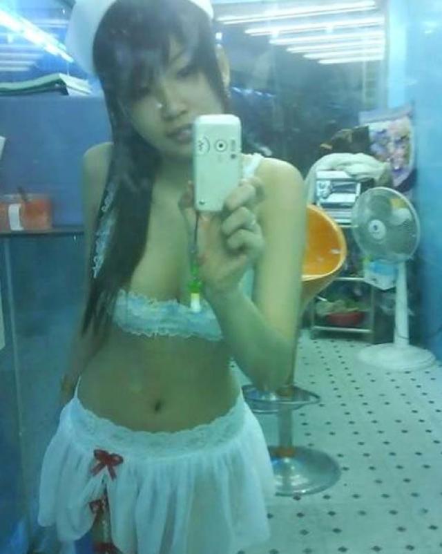 Молоденькая китаянка делает вульгарные фото
