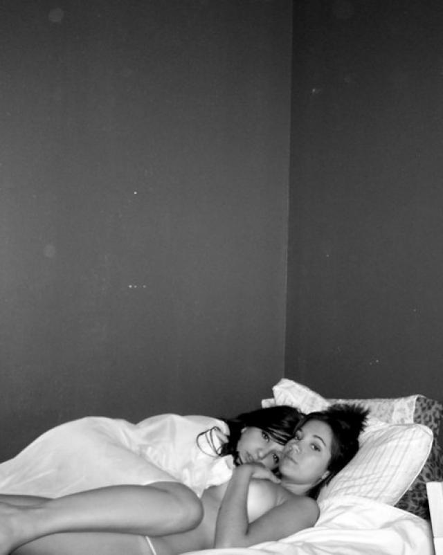 Красивая телка фотографируется со своей подругой