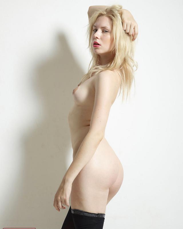 Худая блондинка в черных чулках