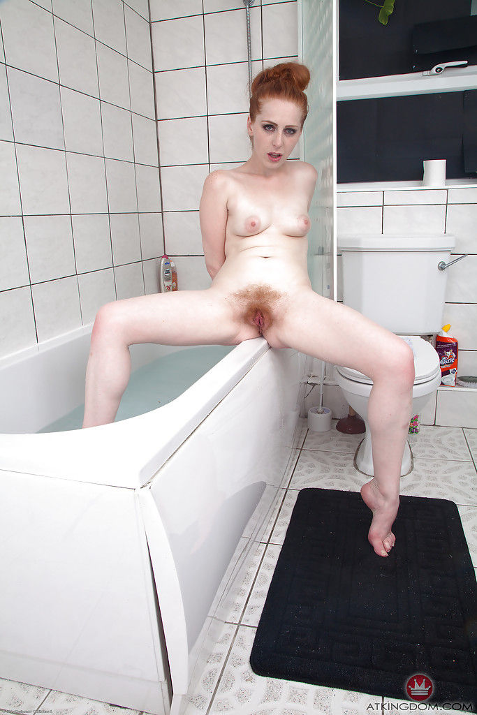 Рыжая студентка с мохнатой писькой эротично принимает ванную