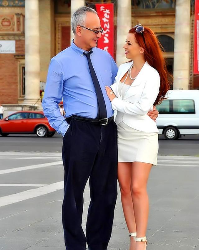 Старый миллионер трахается с рыжей проституткой в чулках