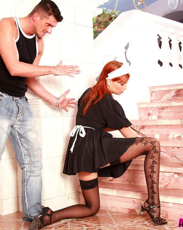 Рыжая горничная дает парню в анал на лестнице